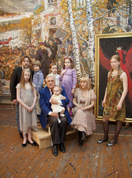 Илья Глазунов с детьми и внуками в мастерской. Москва